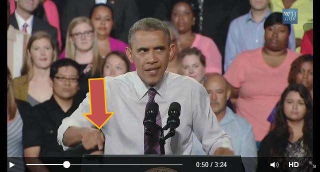 Dokładnie tu i teraz - wskazanie palcem podczas przemówienia publicznego prezydenta Obamy.